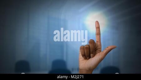 La mano toccare luce nel buio office Foto Stock