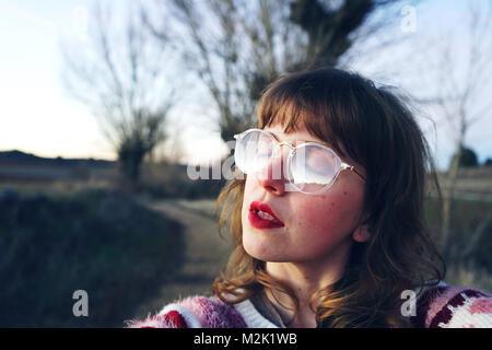 Giovane donna che indossa abiti retro Foto Stock