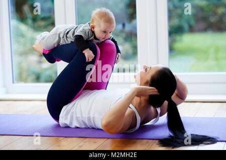 Madre esercita con il suo bambino Foto Stock