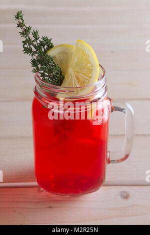 Tazza di succo di mirtillo palustre con agrumi e rosmarino Foto Stock