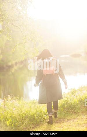 Donna che cammina nel campo Foto Stock