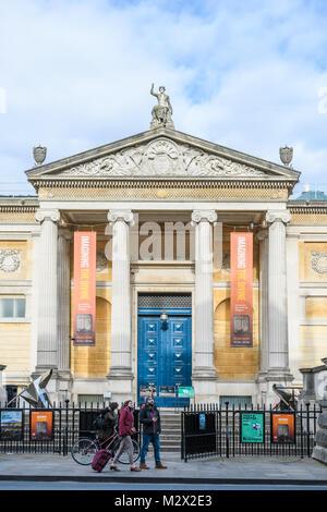 Maint porta di ingresso al museo Ashmolean Museum, lungo Beaumont Street, presso l'università nella città di Oxford, Foto Stock