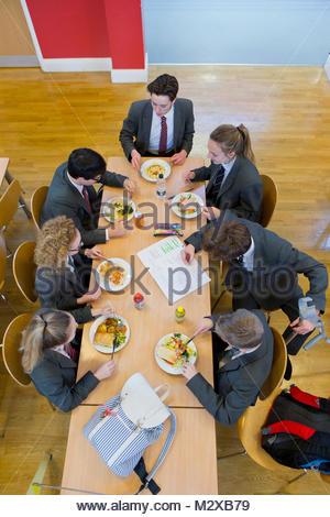 La scuola dei bambini a pranzo in mensa scolastica Foto Stock