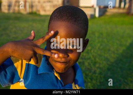 Giovani little boy nel patrimonio mondiale Unesco Brimstone Hill Fortress, Saint Kitts e Nevis, Caraibi Foto Stock