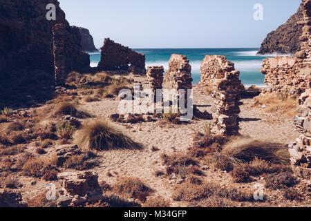 Una lunga esposizione della spiaggia di Cala Domestica) con antico rudere presso la costa ovest della Sardegna. Foto Stock
