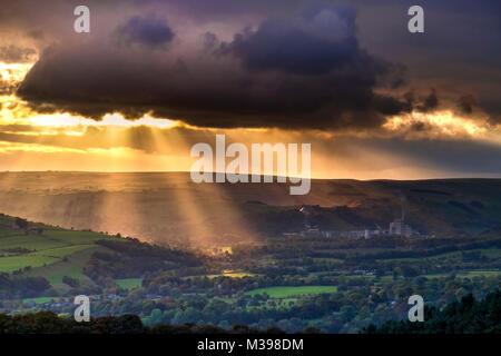 Raggi crepuscolari su Hope Valley, il Parco Nazionale di Peak District, Derbyshire, England, Regno Unito Foto Stock