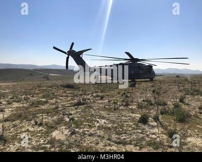 Sgt. Adam Collins, un CH-53E capo equipaggio con Marine elicottero pesante Squadron (HMH) 465, si prepara a caricare il primo stick di ponticelli durante il paracadute e operazioni di volo con la prima ricognizione marina battaglione al Marine Corps base Camp Pendleton, California, 6 feb. Durante il paracadute e operazioni di salto, la massa elemento di combattimento e l'aviazione elemento di combattimento lavorano insieme per garantire la sicurezza e la missione la realizzazione durante il corso di formazione. (U.S. Marine Corps