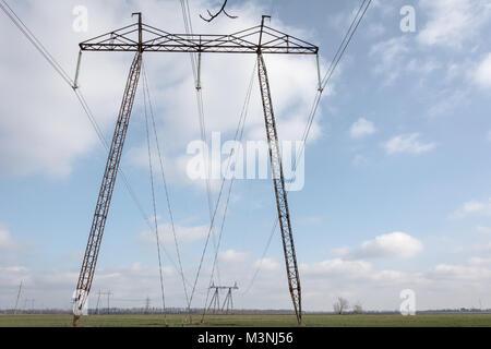 La distribuzione di energia elettrica. Pilastri di alta tensione nel paesaggio moldavo. Foto Stock