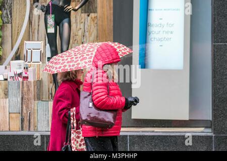 Preston, Lancashire. 12 feb 2018. Regno Unito: Meteo freddo, umido e nevoso per iniziare la giornata. Pioggia e Foto Stock