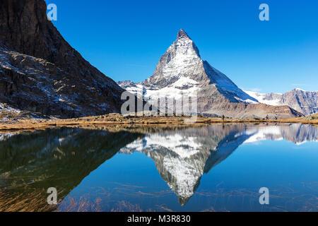 Monte Cervino vista dal lago Riffelsee, individuare tra Gornergrat stazione ferroviaria, in alta montagna in Zermatt, Svizzera Foto Stock
