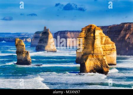 Scollegato calcaree erose rocce apostolo in dodici apostoli marine park sulla Great Ocean Road in Victoria, Australia. Foto Stock