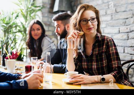 Felice giovani amici di ritrovo in coffee shop Foto Stock
