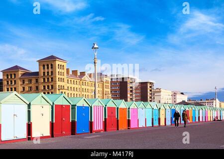 Pittoresca spiaggia di capanne e zuffa architettura di rivestimento del lungomare a piedi da Hove in Brighton, Brighton Foto Stock