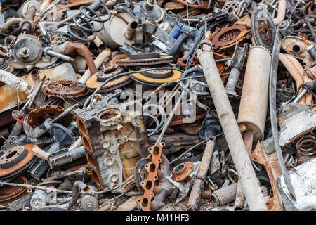 Pila di sfondo di metallo arrugginito rottame all'aria aperta. Foto Stock