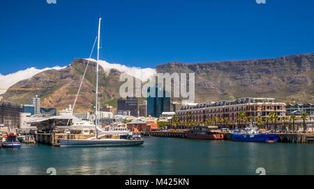 V&A Waterfront, Città del Capo, Sud Africa, con barche nel porto turistico, il Cape Grace Hotel e Table Mountain Foto Stock