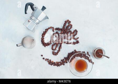 Lettering alimentare concetto. Parola caffè fatta con i chicchi di caffè. Elevato La chiave bere la fotografia dal Foto Stock