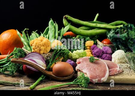 Un mucchio di alcuni frutti e alcune diverse verdure crude, come i cavolfiori di diversi colori, broccolini o fagiolini, Foto Stock