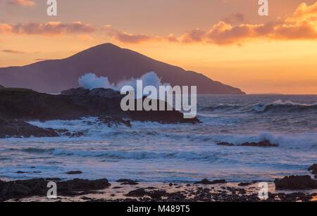 Inverno tramonto su Clare Island dall'Atlantico Drive, Achill Island, nella contea di Mayo, Irlanda. Foto Stock
