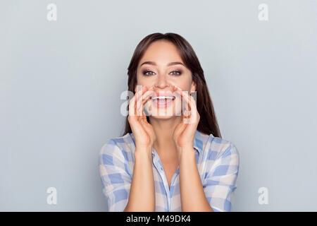 Ciao, io sono qui! Ritratto di affascinante e caucasici, perfetto, carino, funny donna in maglia a scacchi dei braccetti Foto Stock