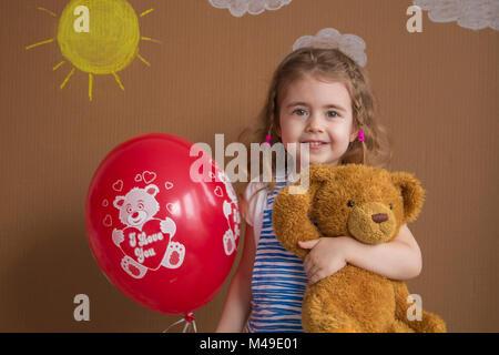 Il concetto di moda. Kid adorabili sorridente in posa di velluto ... d3ea8235862