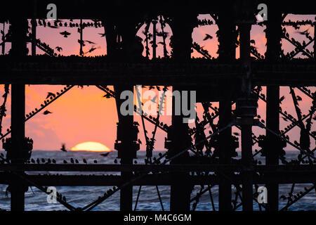 Aberystwyth Wales UK, giovedì 15 Feb 2018 UK Meteo: il sole al tramonto, incorniciato drammaticamente dietro Aberystwyth Foto Stock
