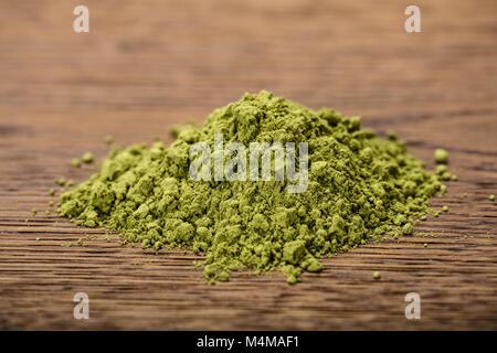 Foto di Matcha Polvere di tè sul tavolo di legno Foto Stock