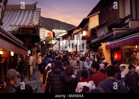 Affollate di persone, Matsubara dori street piena di negozi di souvenir e ristoranti nei pressi di Kiyomizu-dera Foto Stock