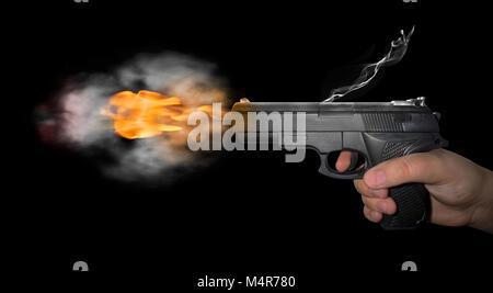 Pistola sparato con fumo su sfondo nero Foto Stock