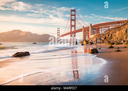 Classic vista panoramica del famoso Golden Gate Bridge visto da scenic Baker Beach in beautiful Golden luce della sera al tramonto, San Francisco, Stati Uniti d'America