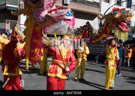 Madrid, Spagna. 18 Febbraio, 2018. I festaioli dacing due draghi durante il Nuovo Anno Cinese sfilata in Madrid. © Valentin Sama-Rojo/Alamy Live News. Foto Stock