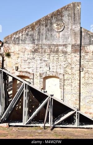 Facciata di edificio abbandonato con traliccio metallico stabiliti Foto Stock