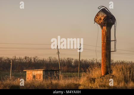 Vecchio arrugginito water tower Foto Stock
