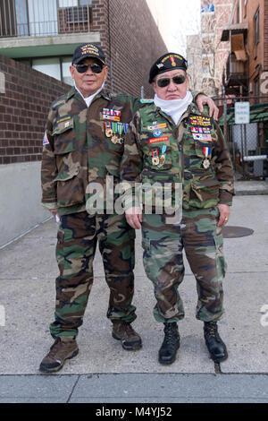 Due senior dei veterani di guerra coreana presso il Nuovo Anno Cinese Parade di lavaggio, Queens, a New York City. Foto Stock