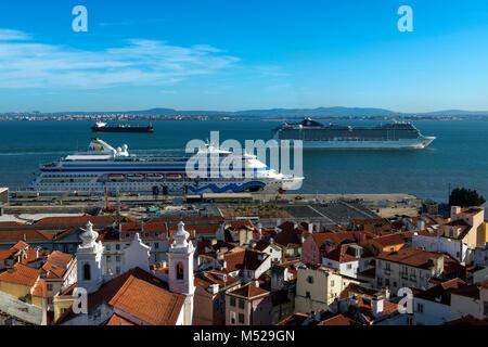 Lisbona, Portogallo - 22 Ottobre 2017: vista del quartiere Alfama dalla Santa Luzia Viewpoint, con navi da crociera Foto Stock