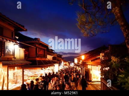 Matsubara dori street a Kyoto di notte piena di gente e luci luminose nei pressi di Kiyomizu-dera tempio. Higashiyama, Foto Stock
