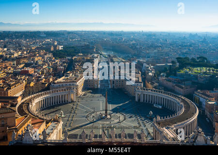 St Peters Square visto dalla parte superiore della cattedrale di San Pietro Cupola. Città del Vaticano, Roma, Italia. Foto Stock