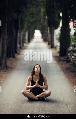 Carefree calma donna meditando in natura.trovare la pace interiore.la pratica dello Yoga.La guarigione spirituale Foto Stock