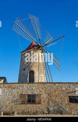 Foto e immagini di Nubia sale museo di opere e la Nubia mulino a vento, mondo Riserva Naturale delle Saline di Trapani e Paceco sito, Trapani Sicilia.