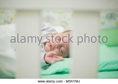 Baby boy dormono in culla - Primo Piano Foto Stock