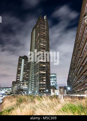 London, England, Regno Unito - 8 Febbraio 2018: Shakespeare Tower, uno del residenziale alta torre blocchi del brutalist Barbican Station Wagon è accesa fino a Foto Stock