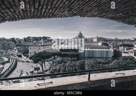 Panorama di Roma vista da Castel Sant'Angelo, Italia, versione in bianco e nero Foto Stock