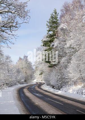 Inverno sulla A831 attraverso Glen Urquhart, Highland, Scotland, Regno Unito Foto Stock