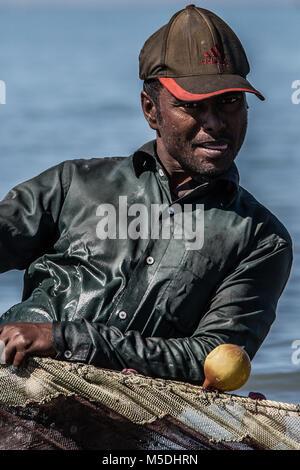 Febbraio 22, 2018 - Cox's Bazar, Bangladesh - un pescatore del Bangladesh tira la massiccia reti vicino alla riva Foto Stock