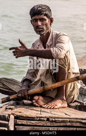 Febbraio 22, 2018 - Cox's Bazar, Bangladesh - un pescatore entra nel mercato del pesce di Cox's Bazar con la sua Foto Stock