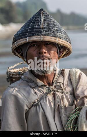 Febbraio 22, 2018 - Cox's Bazar, Bangladesh - Shiv Ula è un fondale basso pescatore di Cox's Bazar. Egli cammina Foto Stock