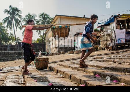 Febbraio 22, 2018 - Cox's Bazar, Bangladesh - Due pescatori può essere visto che porta il pesce dalla loro barca Foto Stock