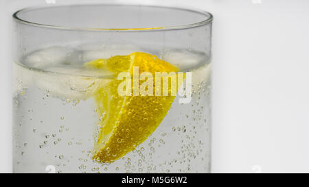 Close-up di un gin tonic in un bicchiere di vetro Foto Stock