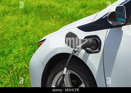 Auto elettrica la carica sul parcheggio. Eco auto.