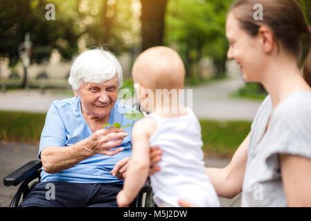 Ritratto di felice senior donna con la figlia e la nipote in un parco Foto Stock