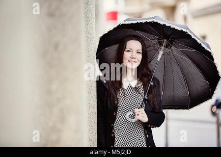 Ritratto di moda giovane donna con nero ombrello vintage Foto Stock